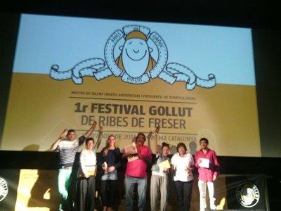 Els gunayadors dels Golluts ho celebren a l'escenari